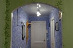 Вид на коридор из комнаты.