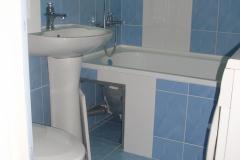 Люк на магнитах для доступа к обслуживанию ванной.