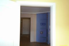 Вид из комнаты на кухню объединенную с коридором.
