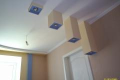 Светильники из ГКЛ - изюминка этого интерьера.