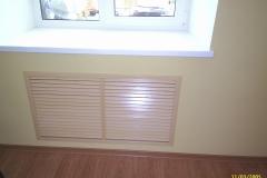 Декоративная решетка закрывает радиатор отопления.