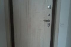 Входная дверь с отделкой откосов.