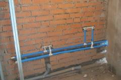 Штробление стен и прокладывание труб.