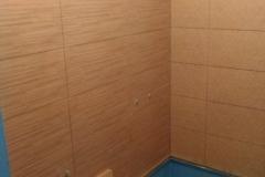 Плитка укладывается на предварительно обработанные стены.