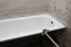 Устанавливаем и приклеиваем ванну.
