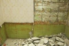 Демонтаж старой облицовки из плитки.