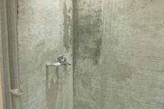 Оштукатурили стены ванной специальной штукатуркой.