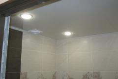 Потолок в ванной из панелей.