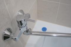 Установка смесителя для ванны.