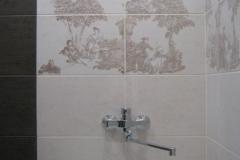 Смеситель на фоне стены. Строго по центру ванны.
