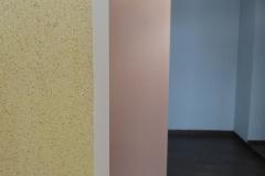 Все помещения отделаны штукатуркой разного цвета.