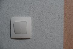 Выключатель и фактура декоративного покрытия.