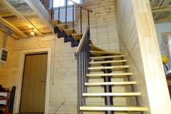 Лестница-на-второй-этаж-в-загородном-доме