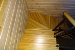 Лестница-со-ступенями-из-лиственицы
