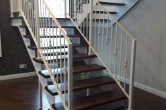 Лестница на металличесом косоуре