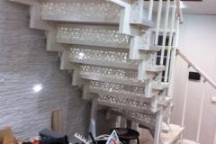 Лестница с резными подступенниками из металла