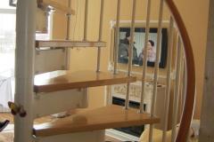 Винтовая-лестница-в-интерьере