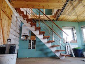 Лестница на наклонном косоуре