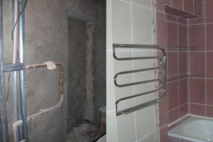Облицовка стен в ванной керамической плиткой