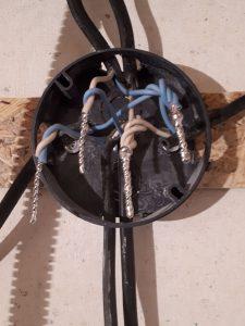 Пропаивание скруток проводов в распаечной коробке