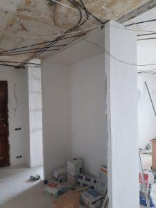 Прокладка проводов на потолке при ремонте квартиры