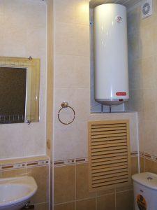 Пластиковая решетка на коробе в ванной комнате